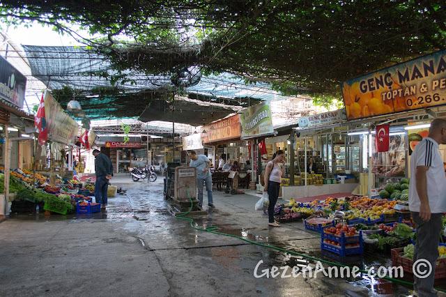 Ayvalık'taki Peynirci Ferdi'nin peynir dükkanının bulunduğu çarşı