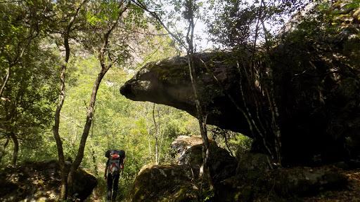 Un abri sous roche dans la montée après le 2ème gué