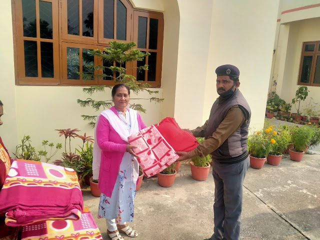 पीयू कुलपति ने परिसर के  सुरक्षाकर्मियों को बांटे कंबल