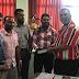 தேர்தல்கள் ஆணையாளர் மஹிந்த தேசப்பிரியவுக்கு சிங்கள குர்ஆன் அன்பளிப்பு.