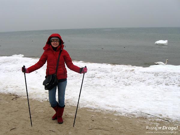 Zimowy nordic walking na plaży