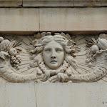 Château du Marais : façade ouest, détail de bas-relief (Apollon et cornes d'abondance)