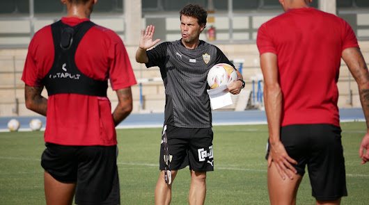 Rubi hablando con sus futbolistas en el campo Anexo.