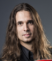 "Kiko Loureiro - guitarra, piano em ""Poisonous Shadows"""