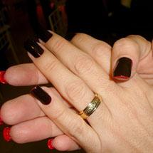 Unhas dupla face pretas pintadas de vermelho na parte interna