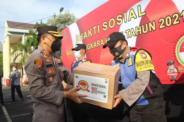 Sambut HUT Bhayangkara Ke-75, Polrestabes Surabaya Distribusikan Ratusan Paket Sembako