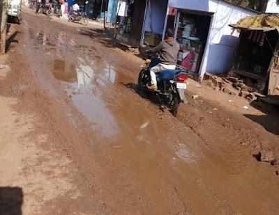 ग्राम खरई में बिन बरसात कीचड़ का माहौल, राहगीर परेशान, सरपंच का नही है ध्यान   Kharai news