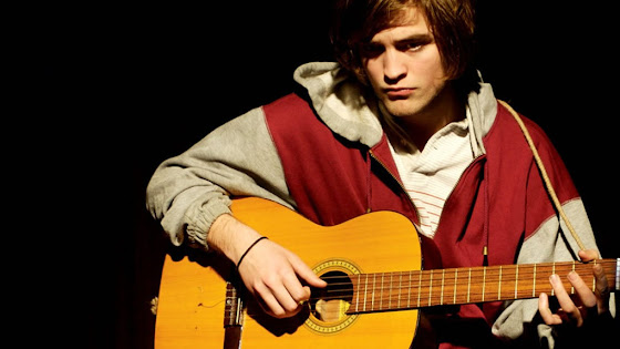 tocar guitarra hostel viajar