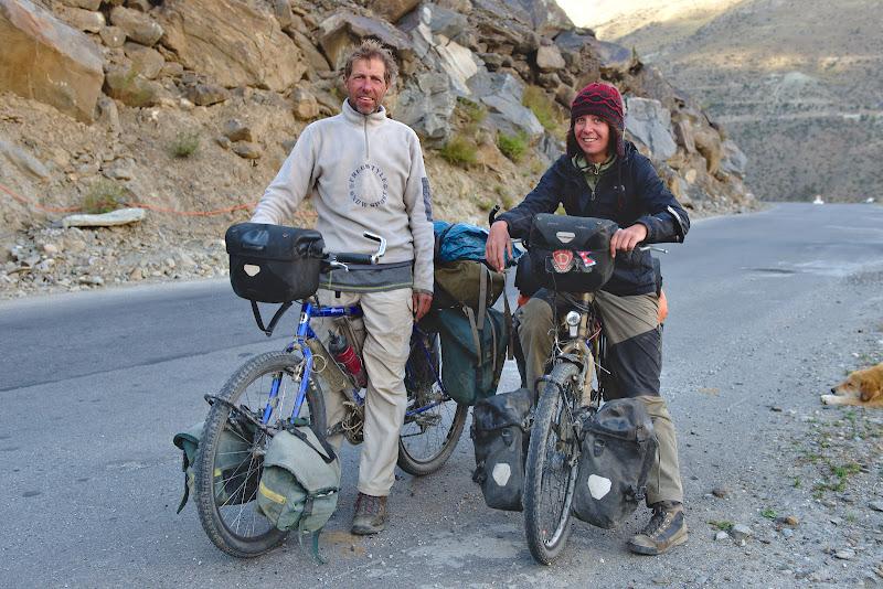Cei doi nemti veniti de pe Zanskar, dupa 5 zile de impins la biciclete.