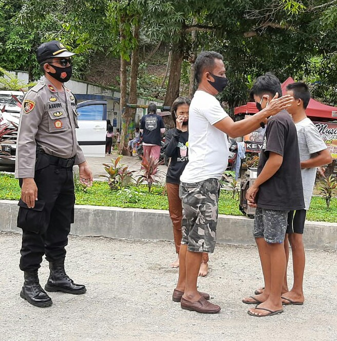 Kampanyekan Gerakan ' Ayo Pakai Masker ', Kapolsek Liliriaja Kunjungi Obyek Wisata