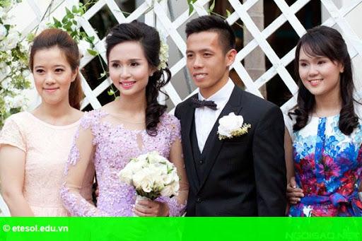 Hình 2:   Cô dâu của Văn Quyết rạng rỡ trong lễ cưới