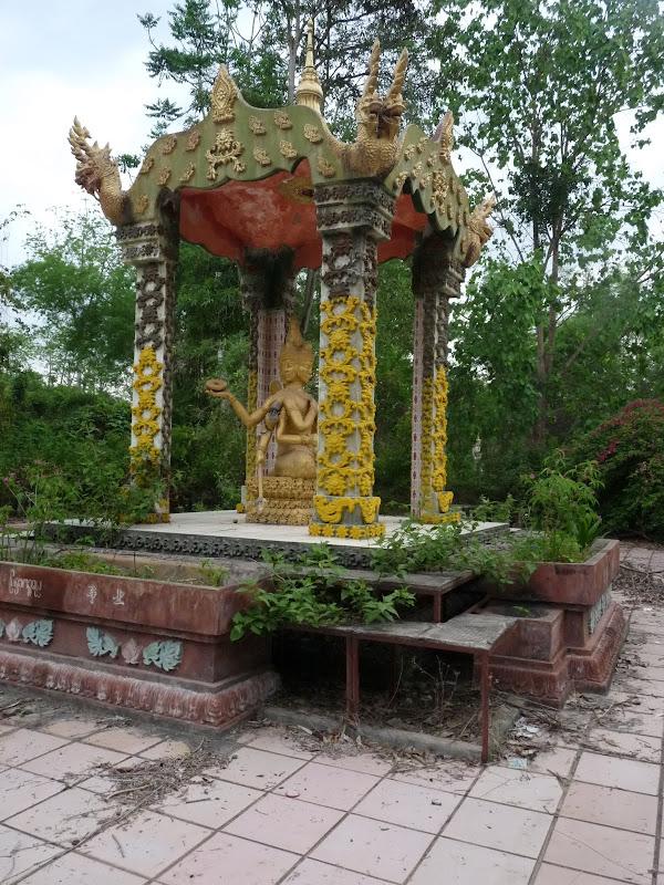 en chemin,un temple non entretenu