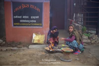 ネパールの薪で炊事の様子の風景