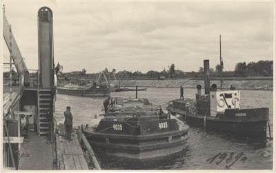 """Корабли департамента морских путей в Васкнарве. Буксирное судно """"Ильмарине"""" и баржа для перевозки камней около борта углубителя """"Хииглане"""". Более вероятная дата 1940 год.(из собрания Эст. морского музея MM F 2758)"""