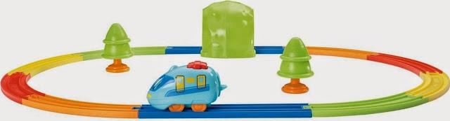 Khung cảnh sinh động thân quen của bộ đồ chơi Tàu hỏa Pull & Go Train Set Tomy
