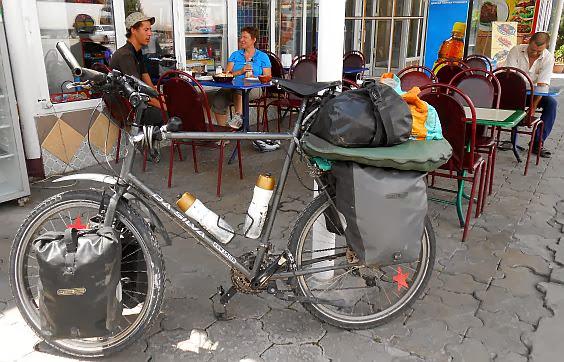 Mittags-Pause mit Julien Paul an der Fernstraße Bischkek-Almaty in Kasachstan