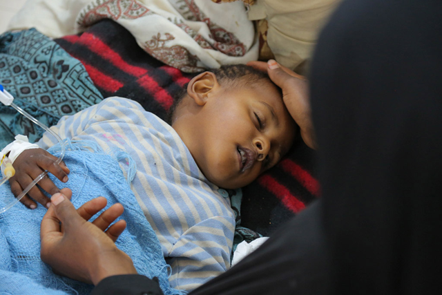 A child with severe diarrhoea or cholera receives treatment at the Sab'een Hospital in Sana'a, Yemen,on 12 May 2017. Photo: Alzekri / UNICEF / UN065873