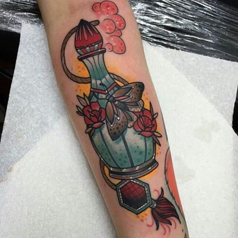 rosas_a_traça_e_o_frasco_de_perfume_antebraço_tatuagem
