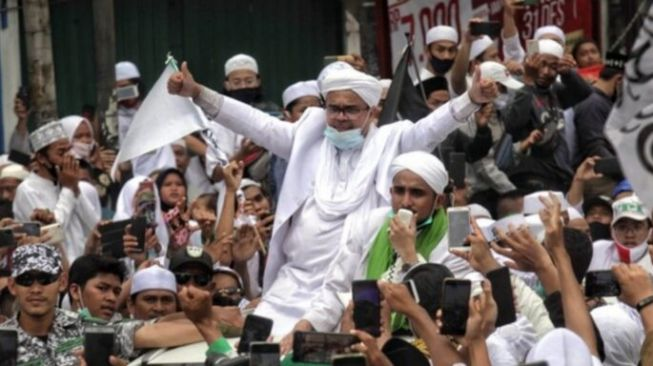 Denny Darko Ramalkan HRS Kendalikan Pengikut dari Balik Penjara, Simpatisan Masuk Partai