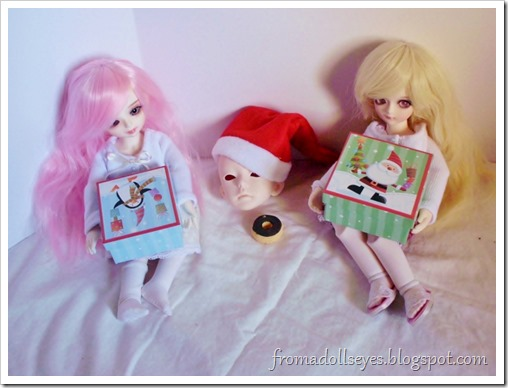 Ball jointed dolls opening Chrismas presents, they're blind bags!