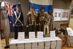 Geallieerde uniformen en het uniform van een Duitse krijgsgevangene bij de tentoonstelling in de Centrale Bibliotheek in Enschede.