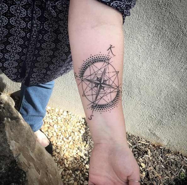 Esta bússola tatuagem com as iniciais