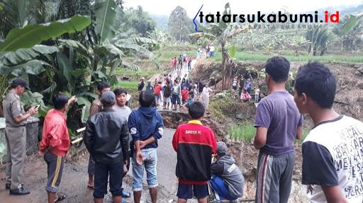 Akibat Hujan deras, Jembatan Cilimus yang berada di Kampung Cisarua Desa Girijaya Kecamatan Warungkiara terputus / Foto : Isep Panji (21/1/2019)