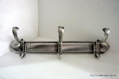 裝潢五金 品名:Q097-古典衣鉤 規格:3鉤(35CM) 規格:5鉤(47CM) 顏色:古銀色 玖品五金
