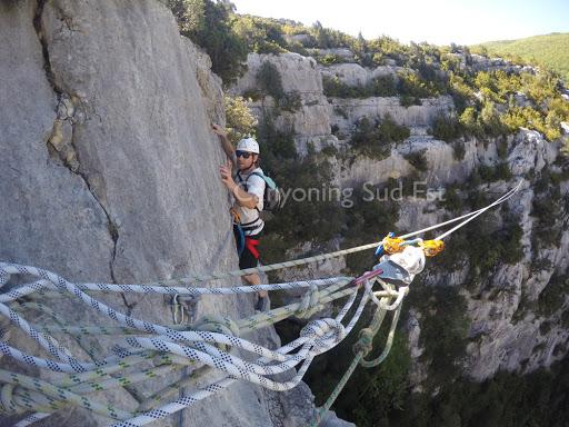 Petit pas d'escalade avant la tyrolienne