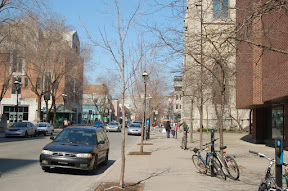 Велики припаркованы не просто к столбикам - это специальные паркоматы для велосипедов и за них тоже нужно платить в ближайшем паркомате для машин.