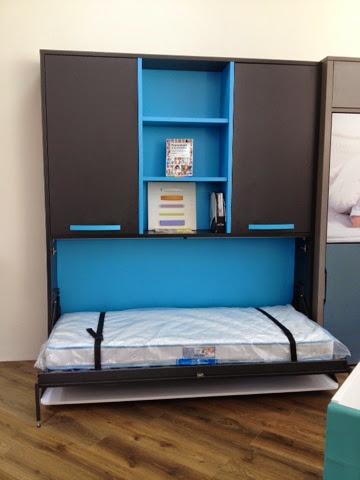 Cama con escritorio incorporado y puertas encima y - Mesas de estudio para espacios pequenos ...