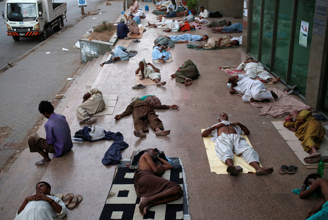 People sleep outside in Karachi, Pakistan amid sweltering temperatures, 18 May 2018. Photo: Akhtar Soomro / Reuters