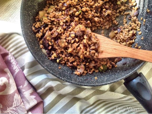 Granotto al radicchio rosso vegan: risotto fatto utilizzando chicchi di grano integrale. Ecco qui la ricetta di quello al radicchio rosso...