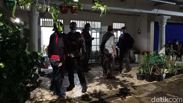 Polisi Datangi Rumah Perempuan Berpistol Penyerang Mabes Polri di Ciracas