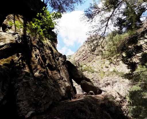 L'arche rocheuse à l'entrée de la vire du sentier de la Cavichja