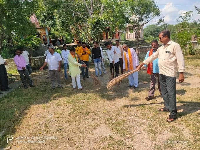 युवा मोर्चा के कार्यकर्ताओं ने किया बृक्षारोपण और सफाई