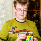 Валера Минкин собирает кубик Рубика на время