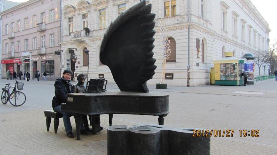我在Łódź街頭與Arthur Rubinstein一同彈琴。