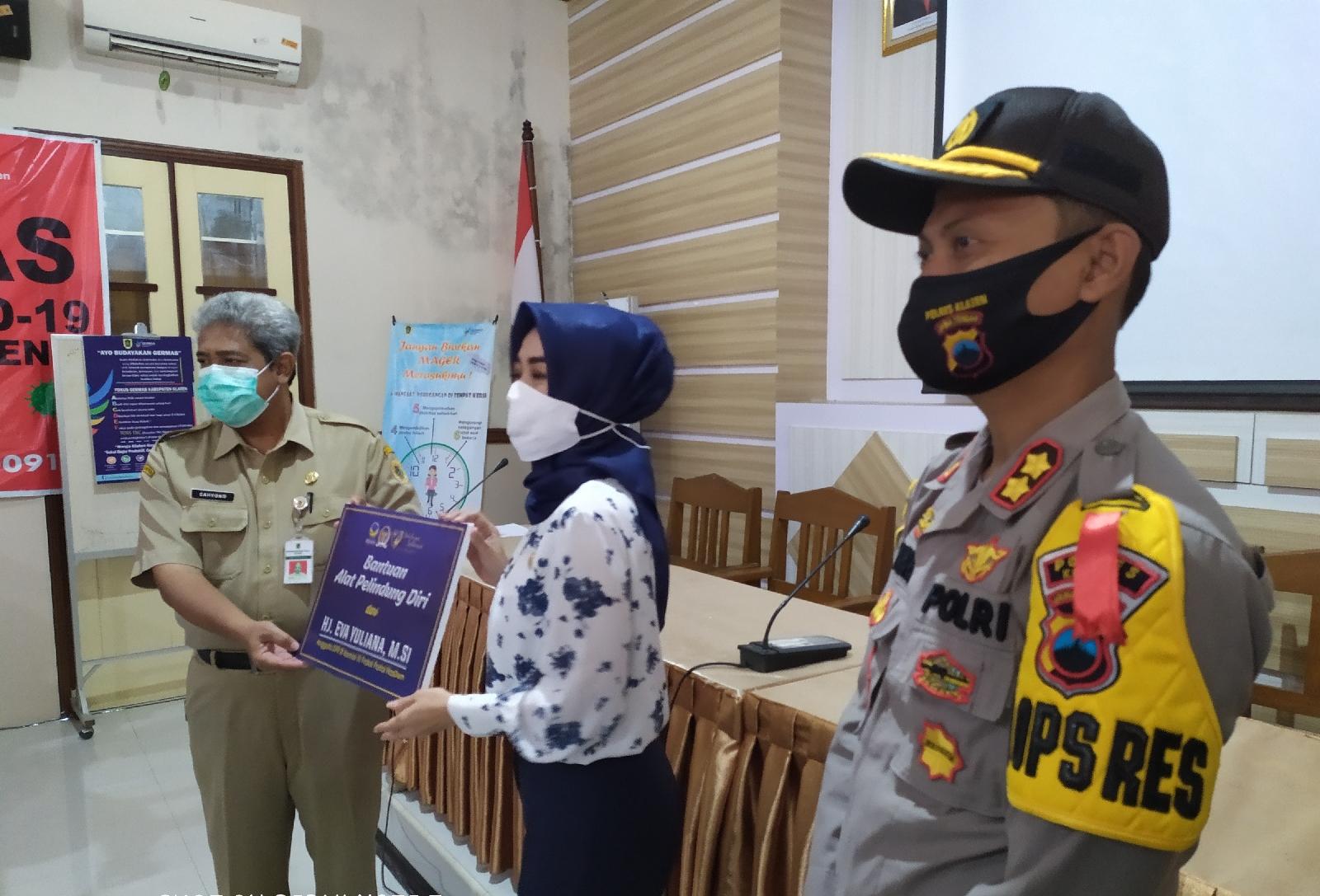Peduli Tenaga Paramedis Penanganan Covid-19 di Klaten Anggota DPR-RI Eva Yuliana Bantu Dinkes APD
