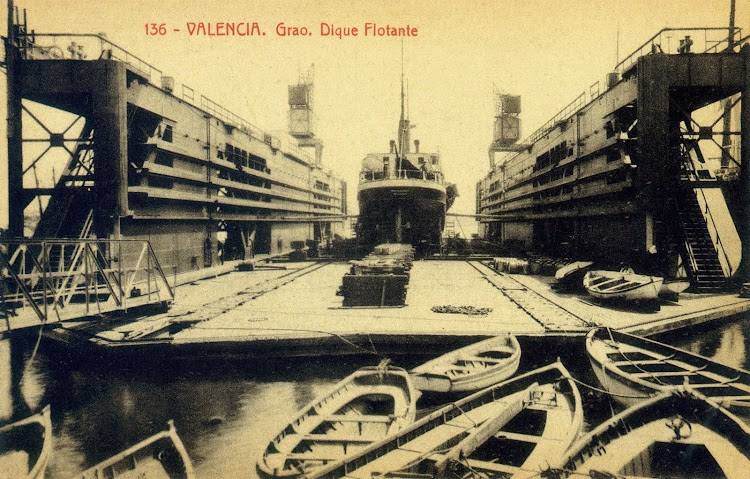 Vista del interior del dique. Foto del libro El Maritim. Un paseo costumbrista a traves de las antiguas tarjetas postales.jpg