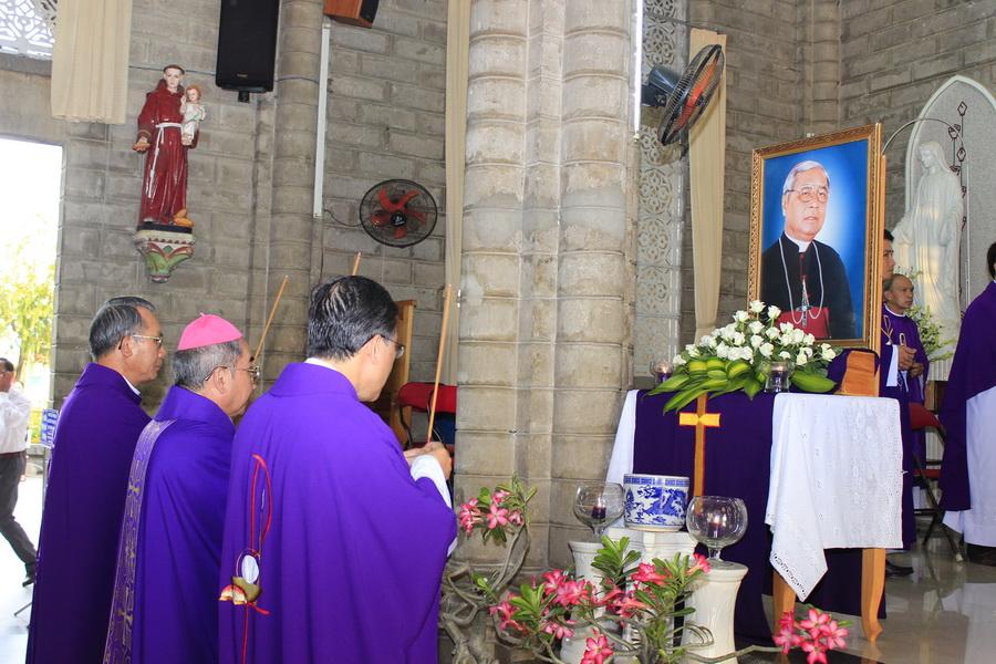 Hình ảnh thánh lễ giỗ lần thứ 13 của Đức Cha Cố Phêrô Nguyễn Văn Nho tại nhà thờ Chánh Tòa Nha Trang vào lúc 17h00 ngày 21/5/2016