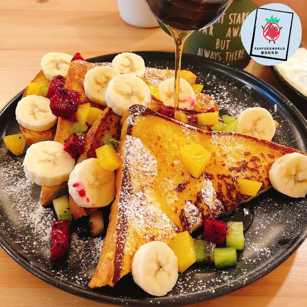 🍌水果森林法式 $180  #水果森林法式 除了主餐之外 還可以選1附餐、2配菜、1雙蛋 番茄這次選的是 時令蔬菜、蘑菇、火腿、太陽蛋🌞 厚又鬆軟的法式吐司 上面水果灑滿滿 淋上甜蜜蜜的楓糖漿 整