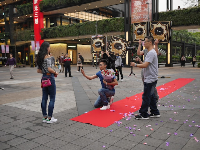 man proposing to a woman in Taipei