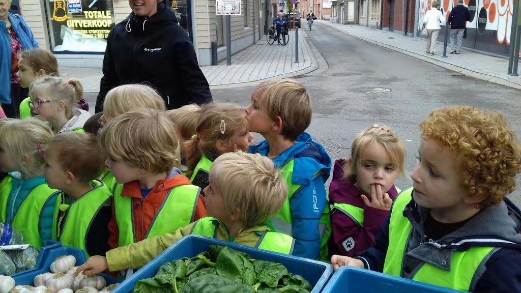 De Kleuters maken zelf een fruit- en groentewinkel. - 20.jpg