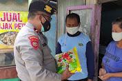 Patroli Sobo Warung, Satuan Samapta Polres Ponorogo Bagikan Paket Bansos Beras