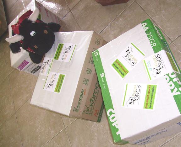 Cajas con los sobres de planillones firmados por peruanos que quieren que su país sea civilizado, sin espectáculos crueles ni tortura a los animales. Muñeco: Torito de Salamanca salvado de morir en una plaza de toros :)