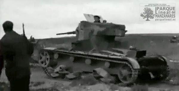 """Una compañía de tanques rusos T-26b maniobran en el frente. Fotograma del documental """"Tierra de España"""", 1937."""