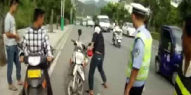 Emosi Ditilang, Pemuda ini Hancurkan Motor Pakai Palu
