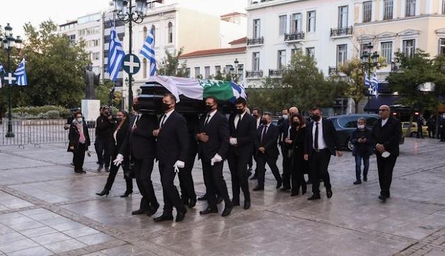 Φώφη Γεννηματά: Στη Μητρόπολη η σορός της - Με την ελληνική σημαία και εκείνες των ΠΑΣΟΚ-ΚΙΝΑΛ καλυμμένο το φέρετρο