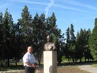 A SZAKC nevében elhelyezett koszorú Dobos László szobránál.jpg